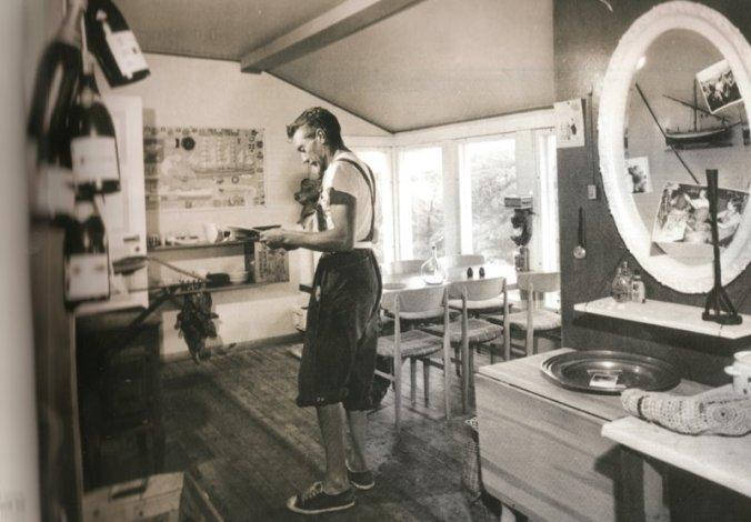"""L'arquitecte Jordi Tell Novelles (Barcelona, 1907-Fredrikstadt, Noruega, 1991), a l'interior de la casa que es va construir a l'illa de Borholmen, cap a 1957.  Publicada al llibre """"Tell. El llop solitari de l'exili català"""", de Gemma Domènech i Casadevall.  Foto: ARXIU FAMÍLIA TELL, NORUEGA"""