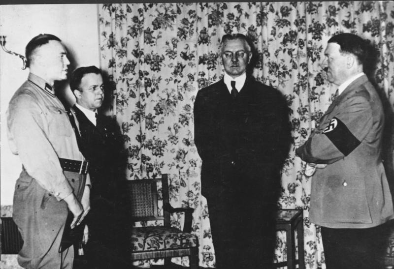 L'ordre del dia_Bundesarchiv_Bild_183-R98364,_Hjalmar_Schacht,_Adolf_Hitler.jpg